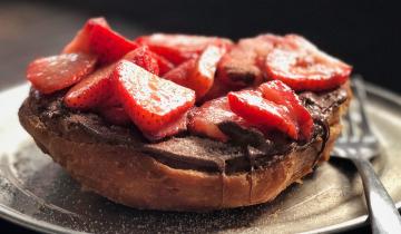strawberries and hazelnut spread